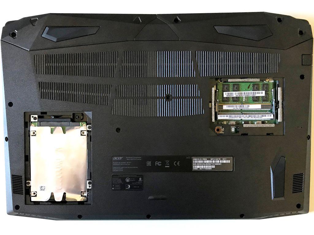 Parte inferior tem duas aberturas para acessar o disco rígido/SSD Sata III e os pentes de memória RAM