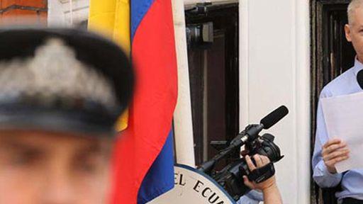 Assange continua enclausurado na embaixada do Equador, mas se mantém conectado