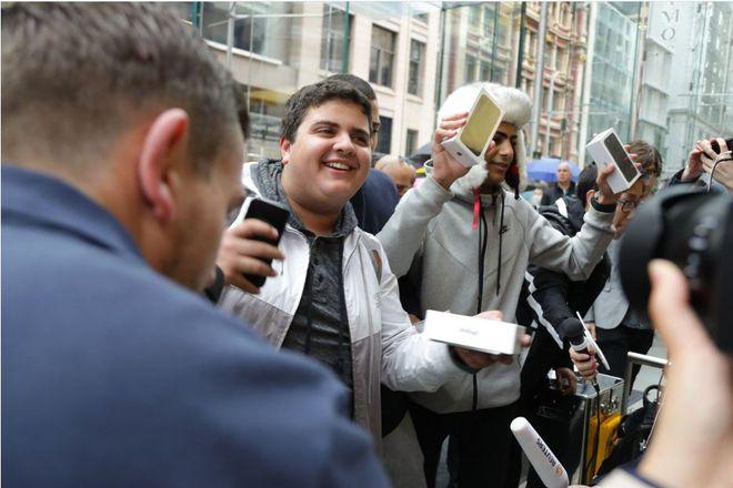 Marcus Barsoum e seus amigos foram os primeiros a comprarem o iPhone 7 no mundo