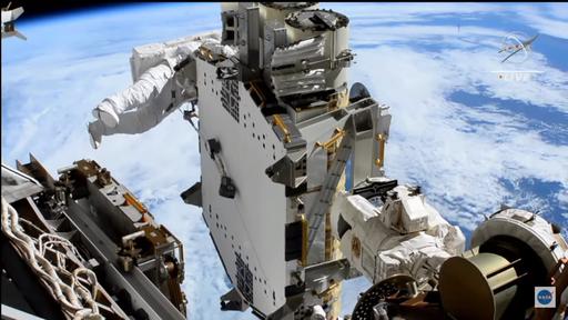 Astronautas finalizam instalação de segundo painel solar de novo conjunto na ISS