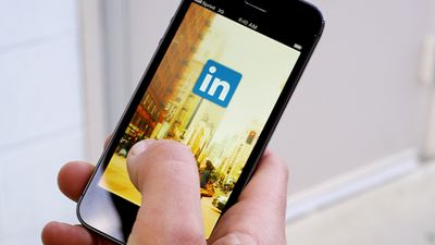 LinkedIn adiciona anexos, emojis e menção com @ no seu inbox