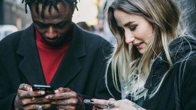 Tinder cria petição para a criação de emojis de casais inter-raciais