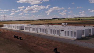 Elon Musk entrega bateria de lítio para fornecer energia a 30 mil casas