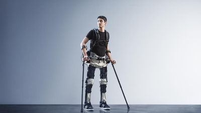 Brasileira cria exoesqueleto para que pessoas paraplégicas voltem a andar