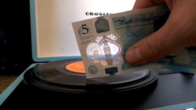 Acredite: Nota de dinheiro toca discos de vinil!