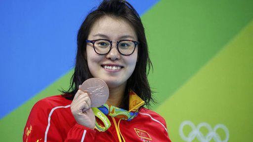 Nadadora chinesa conquista as redes sociais com reação hilária ao levar o bronze