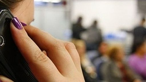 1 em cada 3 brasileiros usa celular enquanto está no banheiro; 84% usam em filas