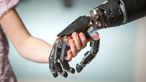 Cientistas desenvolvem prótese que funciona melhor que uma mão humana