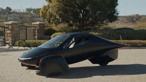 Empresa lança carro elétrico que pode rodar 64 km/dia apenas com energia solar