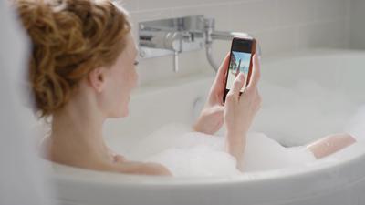 Russa morre eletrocutada após deixar celular cair dentro da banheira