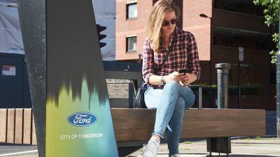 Ação da Ford instala bancos com Wi-Fi e carregadores para pedestres em Londres