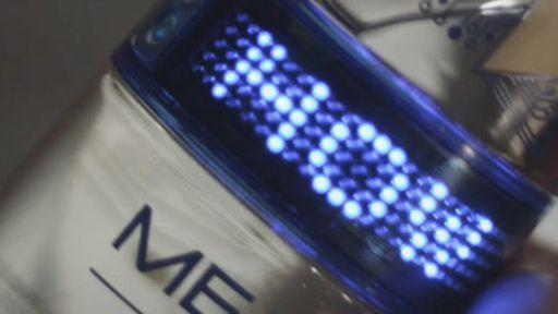 Garrafa de vodka com LED exibe mensagens para os festeiros na balada