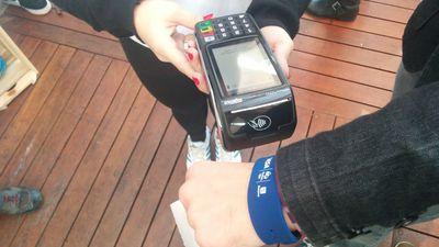 Visa e Bradesco anunciam pulseira para pagamentos com NFC no Brasil