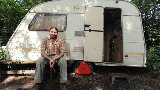 Homem de 36 anos é alérgico a tecnologia e vive isolado no meio da floresta