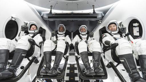 Com ISS superlotada, astronauta da Crew-1 precisará dormir na nave Crew Dragon