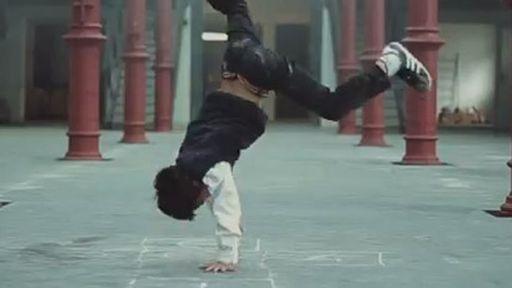 Vídeo: Garoto usa a dança e um pedaço de giz para fugir do bullying que sofre