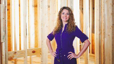 Mulher constrói casa para sua família usando tutoriais do YouTube