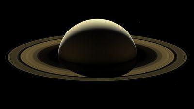 Foto mostra lua de Saturno jorrando água em estado líquido