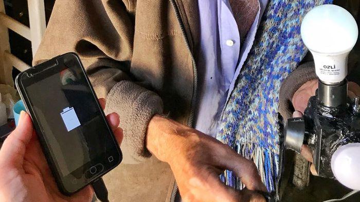 a13def20947 Homem cria carregador de celular que funciona sem conectar na tomada -  Curiosidades