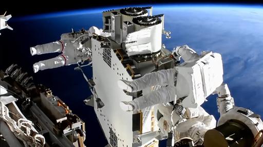 Astronautas finalizam instalação de painel solar na ISS após caminhada espacial