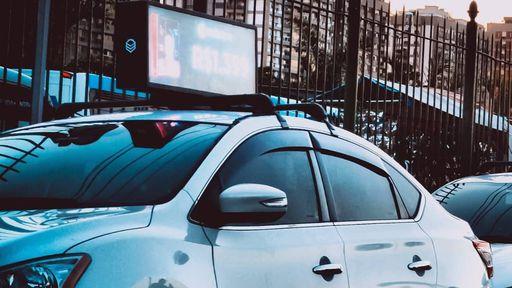 Startup dá até R$ 1.000 a motoristas de app por anúncios no carro