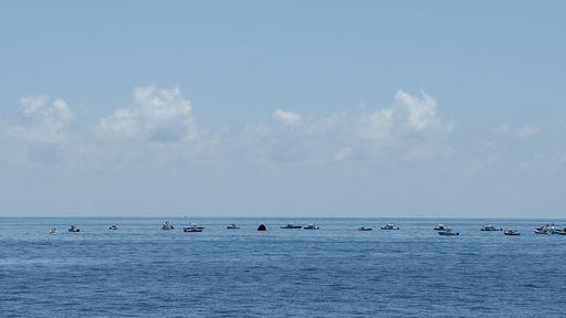 Barcos cheios de curiosos invadiram local de resgate dos astronautas da NASA