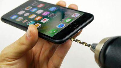 Uma onda de noobs está estragando seus iPhones 7 com uma furadeira
