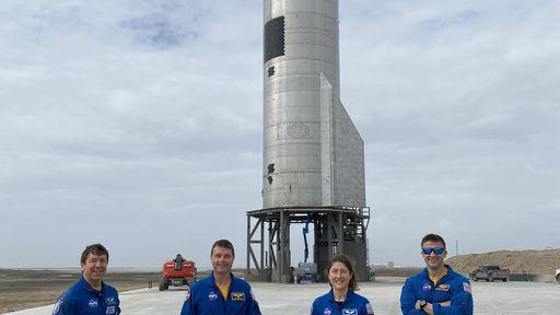 Astronautas da NASA conferem de perto o novo protótipo do Starship, da SpaceX