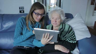 Conheça o primeiro tablet para idosos do Brasil