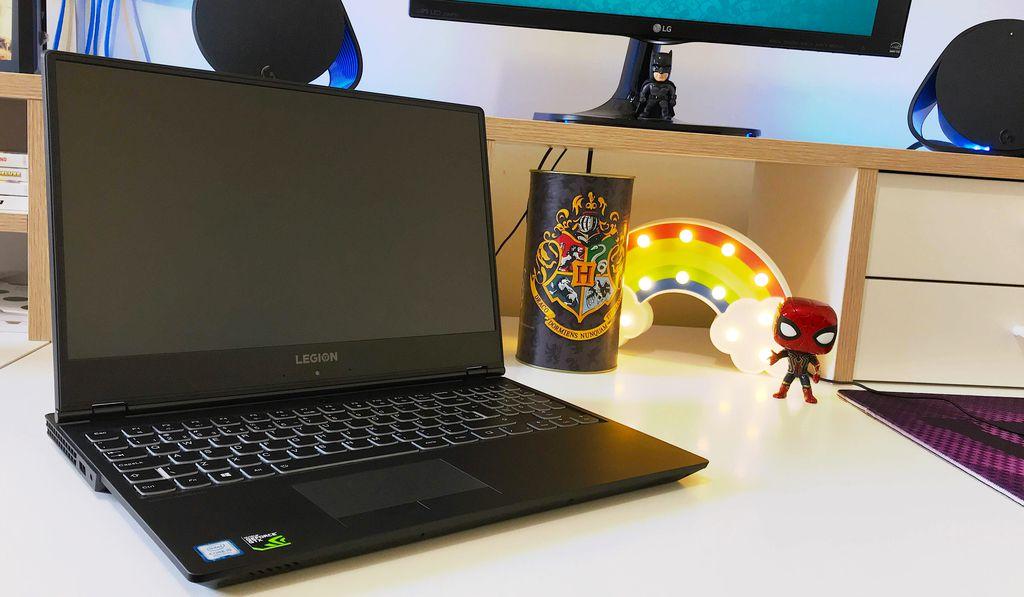 Legion Y530 pronto pro PvP: repare as bordas finas em torno do display e o posicionamento esquisito da webcam