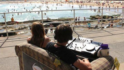 DJ australiano cria sofá motorizado para festivais de música