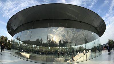 Como um disco voador, o Steve Jobs Theater incorpora o legado visionário