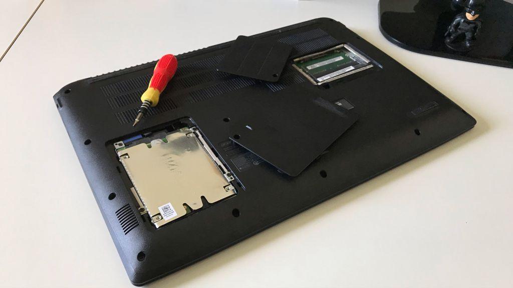 Parte inferior tem dois compartimentos que dão fácil acesso ao HDD e memória RAM para quem quiser atualizar/trocar esses componentes