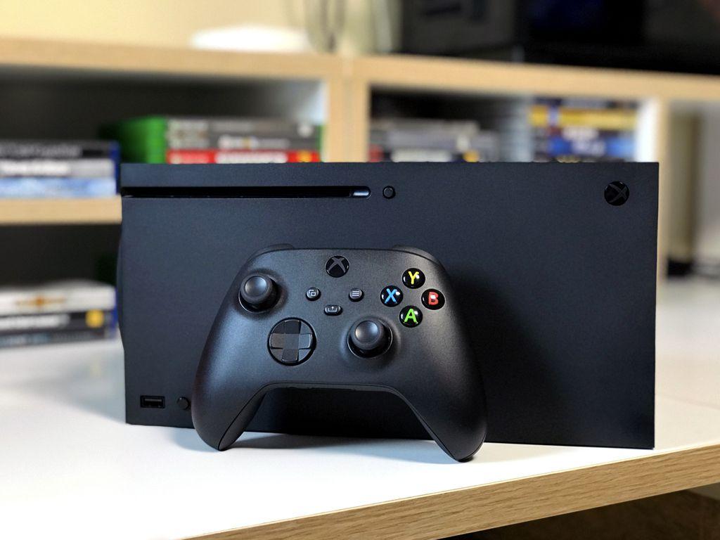 Em pé ou deitado, o Xbox Series X se integra muito bem a qualquer ambiente