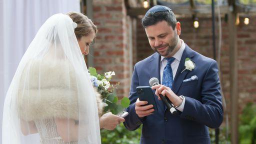 """Casal troca """"alianças virtuais"""" como tokens não-fungíveis NFT durante casamento"""