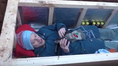 Enterrado vivo: youtuber russo faz transmissão ao vivo de dentro do caixão