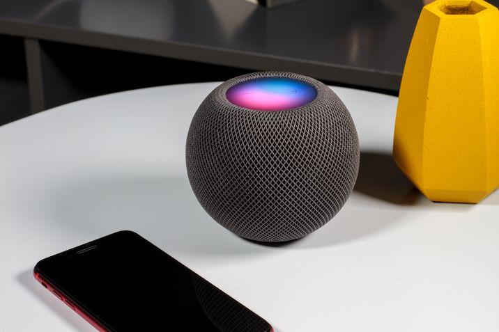 Apple Homepods Mini cinza acesa 45 graus