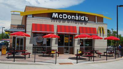 Homem transa com hambúrguer em vídeo e McDonald's vira trending topic