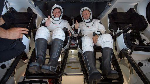 Astronautas da NASA voltam sãos e salvos à Terra a bordo de nave da SpaceX