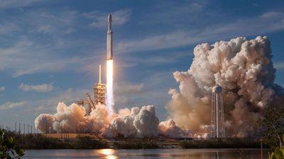Chefe da NASA propõe usar foguete Falcon Heavy para levar humanos à Lua até 2024