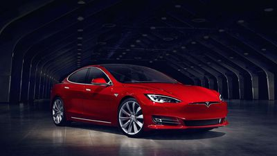 Esse cara usou um Model S, da Tesla, para minerar criptomoedas sem gastar nada