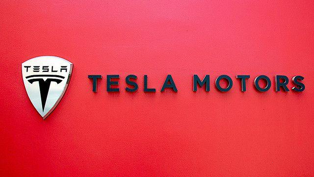 Velhinha fica apavorada ao experimentar o recurso de piloto automático da Tesla