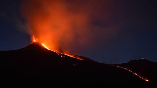 Monte Etna cresce 30 metros após várias erupções nos últimos seis meses