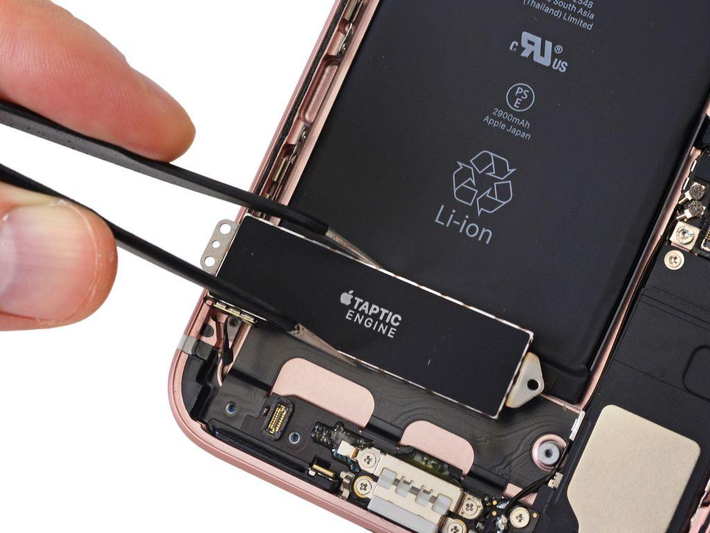 Desmontagem revela bateria maior que a do iPhone 6s Plus e um Taptic Engine gigante, que ocupa todo o espaço deixado pelo conector de 3,5 mm