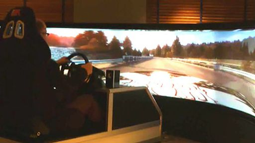 """Que tal brincar em um simulador com tela de 160"""" e 175 graus? É imersão total!"""