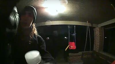 Ladrão rouba porteiros eletrônicos enquanto seu rosto é filmado por eles
