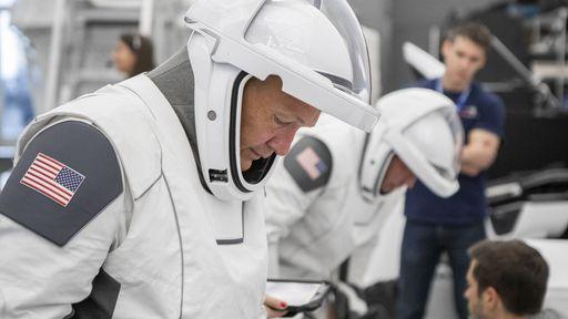 NASA começa a testar trajes espaciais desenvolvidos pela SpaceX