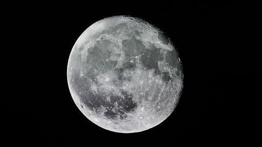 """Após 14 anos, pesquisadores descobrem o que está formando uma """"cauda"""" na Lua"""