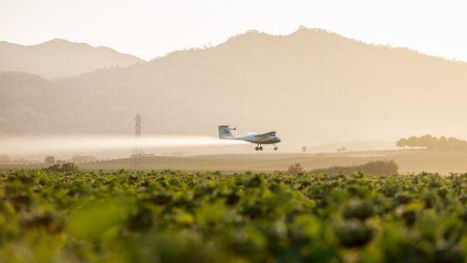 Embraer fabricará avião elétrico autônomo para pulverização agrícola