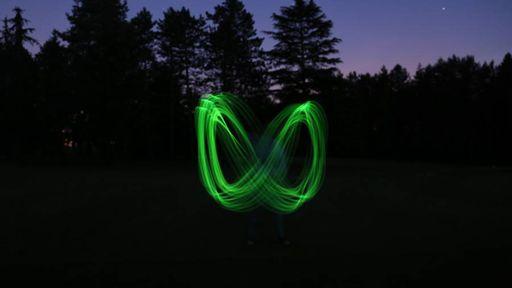 Lançar este bumerangue neon é quase como ter super poderes